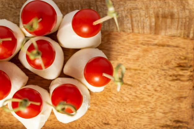 Вид сверху томатов черри и моцареллы на палочках
