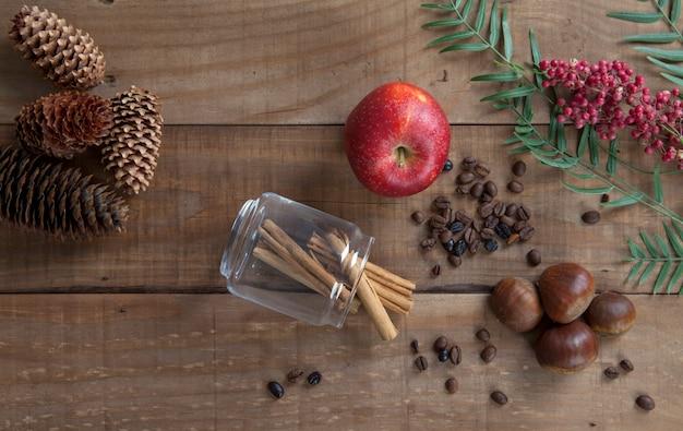 栗とシナモン、リンゴ、ピンクペッパー、木製の上面図