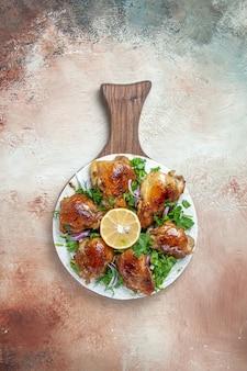 Вид сверху цыпленка аппетитный цыпленок с зеленью на лаваше на доске