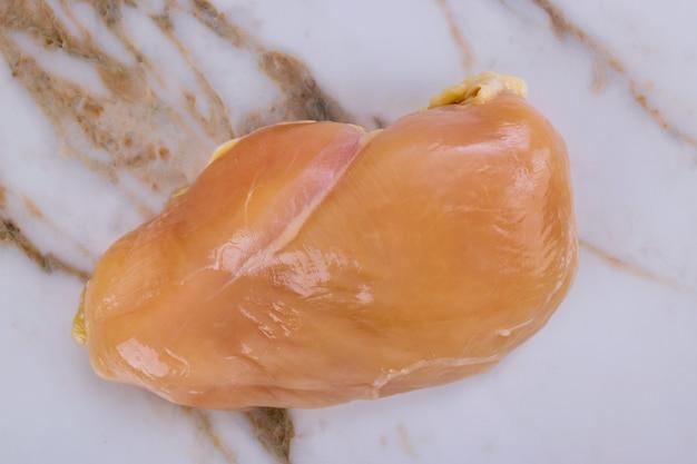 흰색 절연 닭 가슴살 고기의 상위 뷰