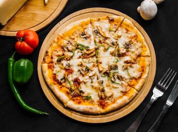 Вид сверху куриной пиццы с зеленым болгарским перцем, грибным сыром и томатным соусом