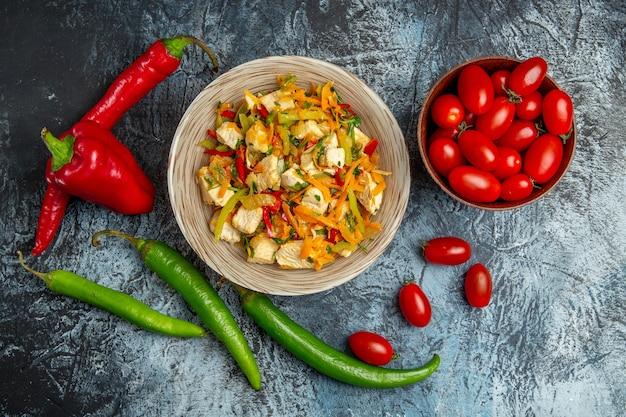 光の表面に新鮮な野菜とチキンサラダの上面図