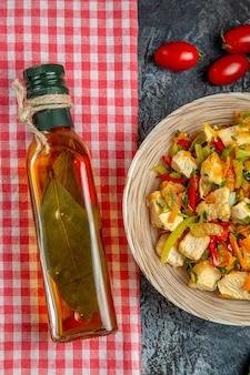 Вид сверху куриный салат с красными помидорами на светлой поверхности