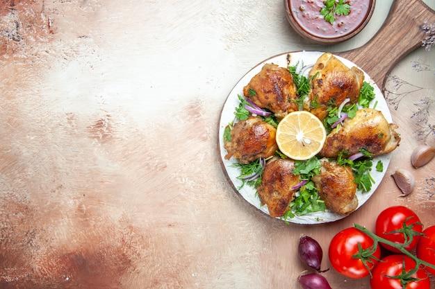 보드 양파 토마토에 lavash에 허브와 치킨 소스 치킨의 상위 뷰