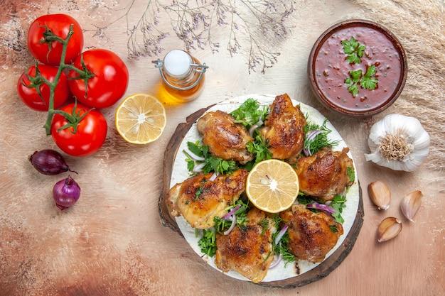 チキントマトオニオンチキンとハーブレモンオイルのボトルガーリックソースの上面図