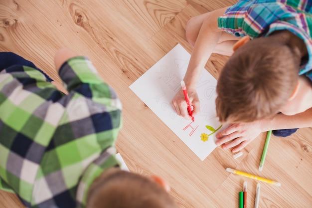 母親の日のための子供の描画のトップビュー
