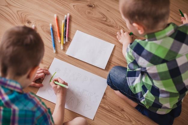 母親の日のために絵を準備する子供たちのトップビュー