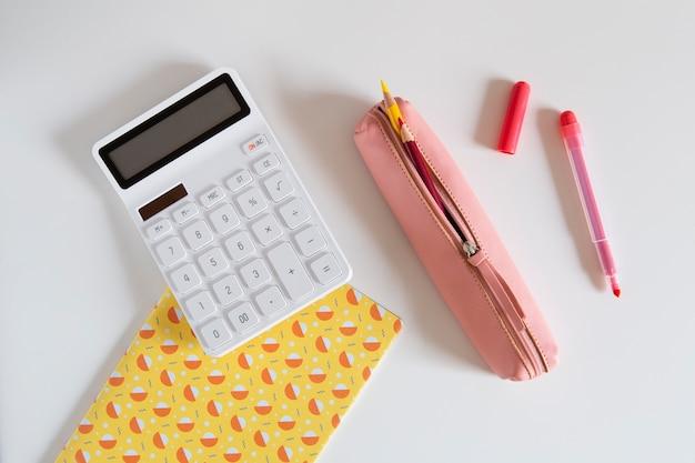 電卓とペンで子供の机の上面図