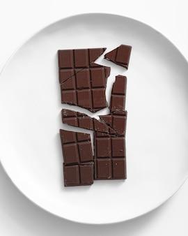 Вид сверху плитки шоколада на тарелке