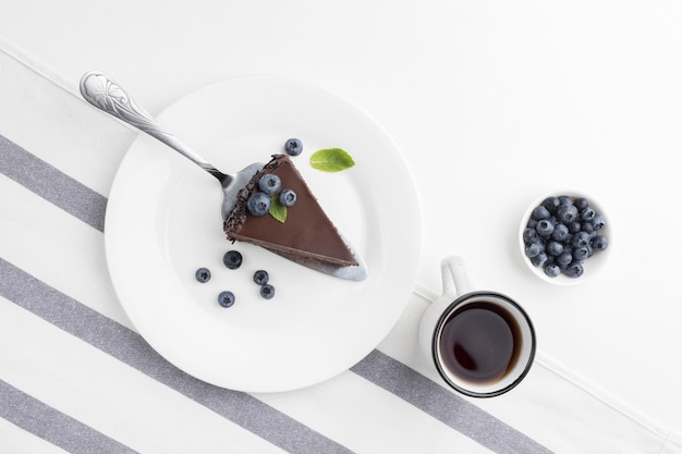 Вид сверху кусочка шоколадного торта на тарелке
