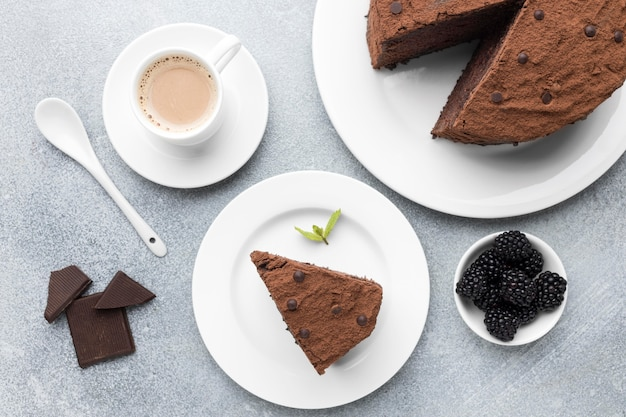 Вид сверху кусочка шоколадного торта с кофе
