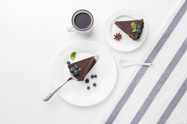 Вид сверху кусочков шоколадного торта на тарелках