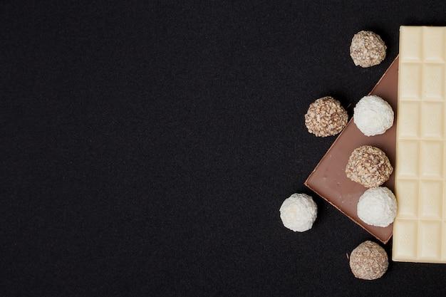 Вид сверху шоколадных конфет и шоколадных батончиков