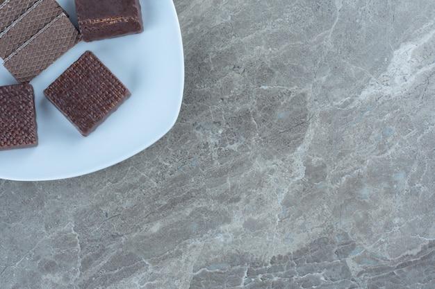 白いプレート上のチョコレートクッキーの上面図。