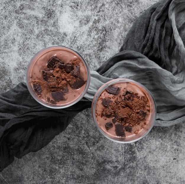 Вид сверху шоколадных молочных коктейлей с текстилем