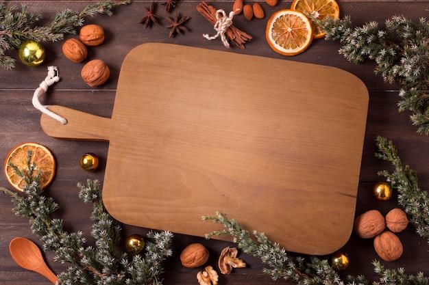乾燥した柑橘類とシナモンスティックとまな板の上面図