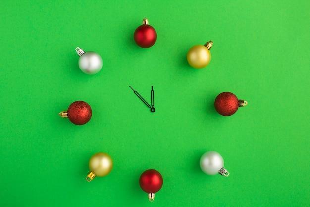 Вид сверху рождественские часы с красочными шарами