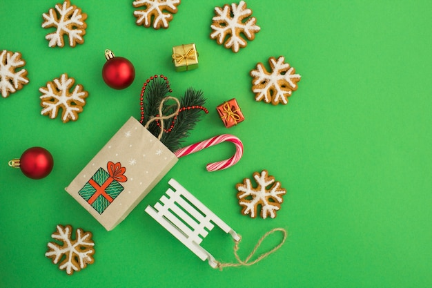 Вид сверху рождественской композиции с подарочным пакетом