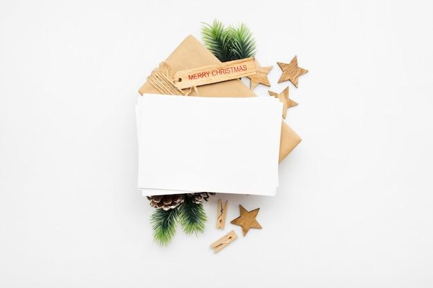 ギフトボックス、リボン、モミの枝、コーン、白いテーブルの上のアニスとクリスマスの構成の上面図
