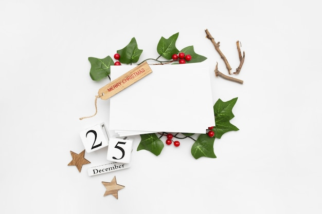 선물 상자, 리본, 전나무 가지, 콘, 흰색 테이블에 아니스와 크리스마스 구성의 상위 뷰
