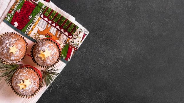 Вид сверху рождественских кексов с копией пространства