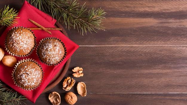 クルミとコピースペースとクリスマスカップケーキの上面図