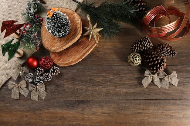 木製のテーブルの上のクリスマスの装飾の上面図。