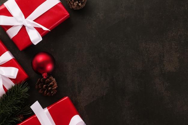 Вид сверху рождественского украшения с подарочными коробками на гранж-дизайн границы таблицы, новогодний фон с копией пространства.
