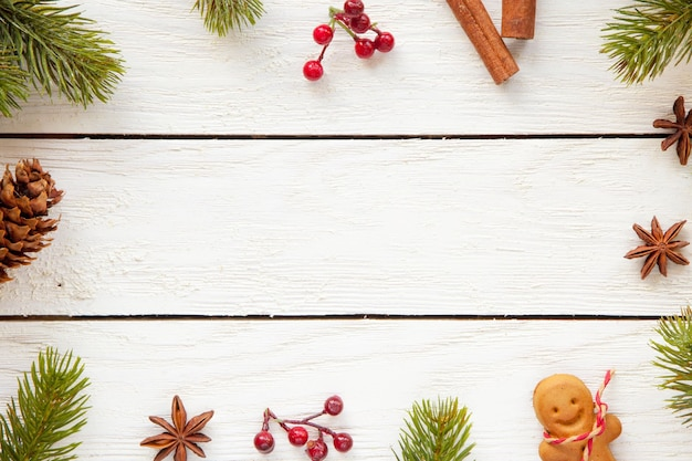 コピースペースのある木の表面のクリスマスの装飾と食べ物の上面図
