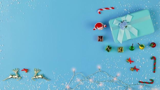 Вид сверху рождественских украшений на голубой пастельный цвет