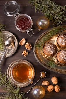 Вид сверху рождественских десертов с джемом