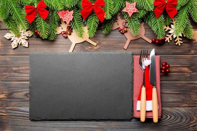 Взгляд сверху рождественского ужина на деревянной поверхности.