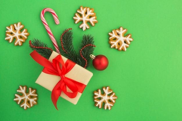 Вид сверху рождественский подарок и имбирный пряник