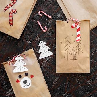 Вид сверху рождественских подарочных пакетов с леденцами
