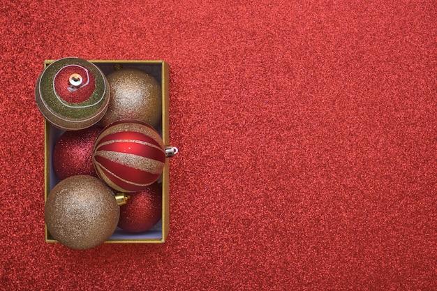Вид сверху рождественской подарочной коробки с рождественскими шарами внутри с копией пространства.