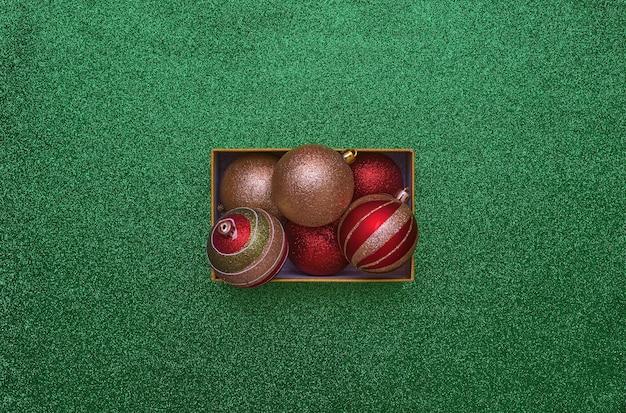 コピースペース付きのクリスマスボールが入ったクリスマスギフトボックスの上面図。