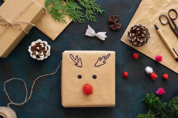 Вид сверху рождественского подарка с украшением из оленей