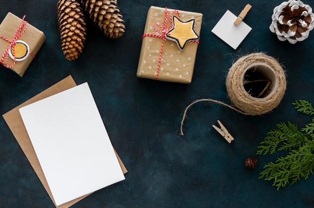 문자열 및 소나무 콘 크리스마스 선물의 상위 뷰