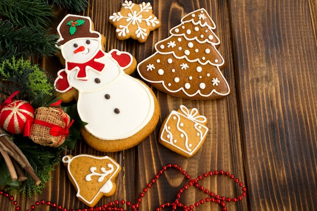 クリスマスの装飾とクリスマスのジンジャーブレッドのトップビュー