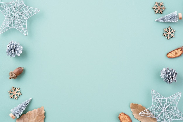 Вид сверху композиции украшения рождественского праздника с рождественской елкой подарочной звезды пряничный человечек плоской лежал с копией пространства, изолированным на зеленом фоне