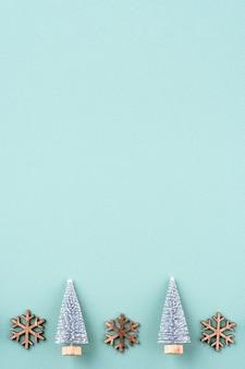 クリスマスツリー、ギフトスター、ジンジャーブレッドの男フラットと緑の背景に分離されたコピースペースとクリスマスの休日の装飾飾り構成の上面図。