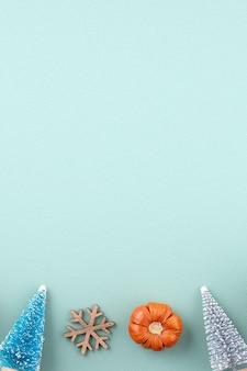 Вид сверху композиции украшения рождественского праздника с рождественской елкой подарочной звезды пряничный человечек плоской лежал с копией пространства изолированной