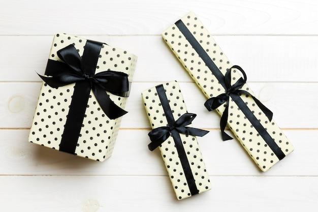 크리스마스 또는 기타 휴일 수제 선물 상자 패키지의 상단 전망, 복사 공간이 있는 평평한 흰색 나무 배경. 새해 선물 상자.