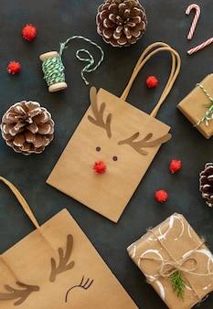 Вид сверху на рождественский бумажный пакет с украшением в виде оленей