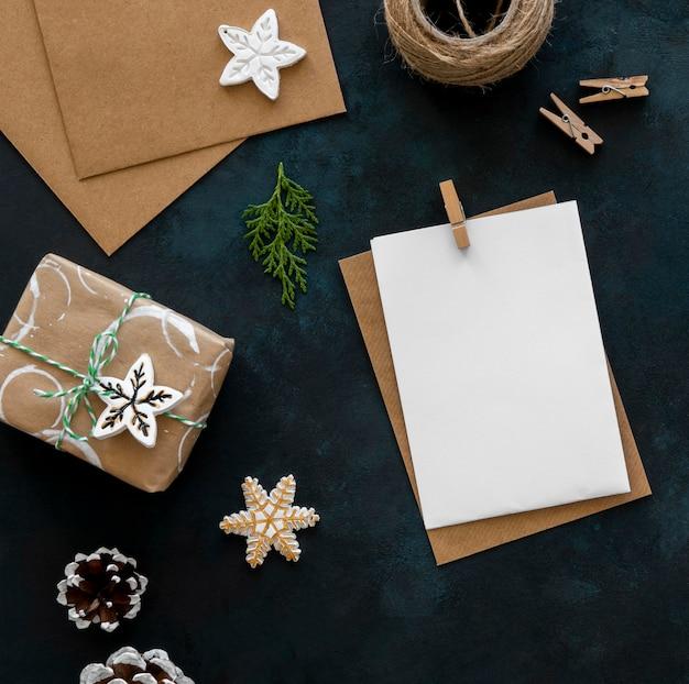 Вид сверху рождественского подарка с шишками и веревкой