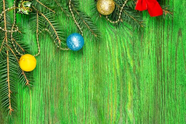 クリスマスツリーの花輪とトウヒの小枝の上面図。コピースペース