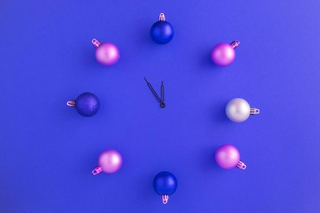 カラフルなボールからのクリスマス時計のトップビュー