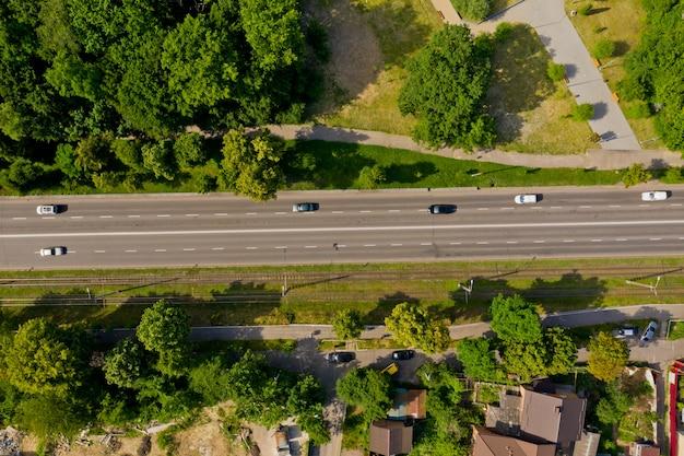 Вид сверху на городскую дорогу со слабым движением
