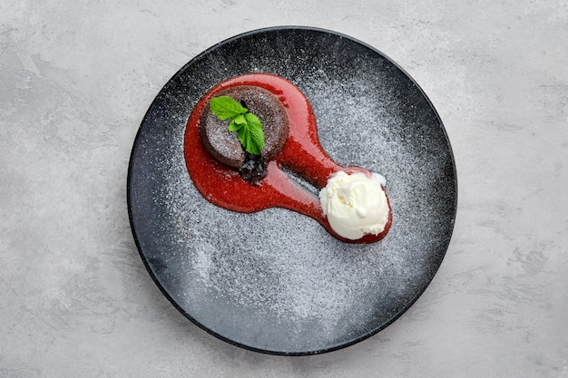 Вид сверху классической шоколадной помады с мороженым на тарелке