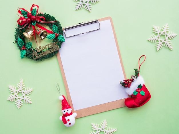 クリップボードとクリスマスの装飾品のトップビュー。